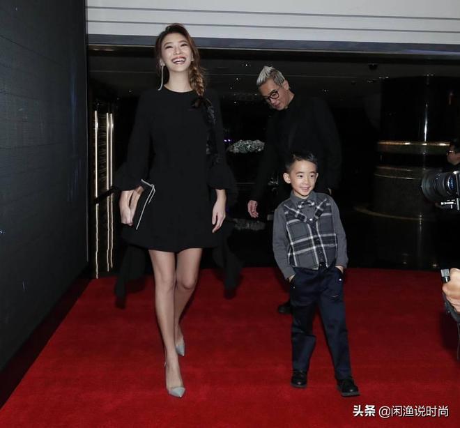 應採兒出席活動,與老公狂秀恩愛,兒子一人走在前,畫面幸福暖人
