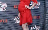 克里斯滕·麗特一身紅裙現身《傑茜卡·瓊斯》首映,孕味十足