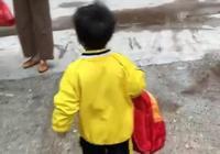 """接萌娃放學,他卻走到垃圾桶旁,接下來的動作讓媽媽太""""意外"""""""