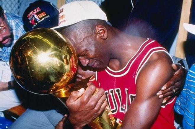 NBA8大球星的總決賽之淚,真理KG圓夢哭泣,皮蓬抱喬丹痛哭