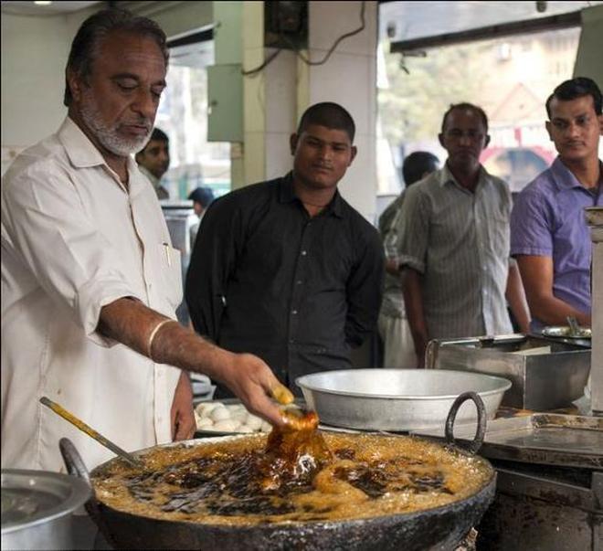 實拍印度開掛廚師,徒手伸進高溫油鍋中炸魚,想吃嗎?