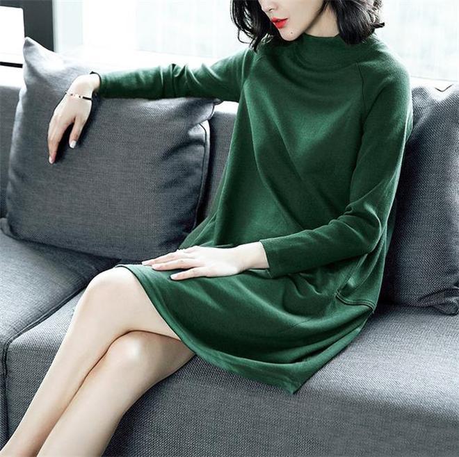女人過了50歲,別再穿慵懶風毛衣,這樣舒適優雅的針織裙更合適