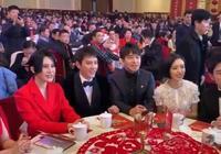 眾明星給大家拜年,馮紹峰的手勢搶鏡了,網友:還活在知否中呢?
