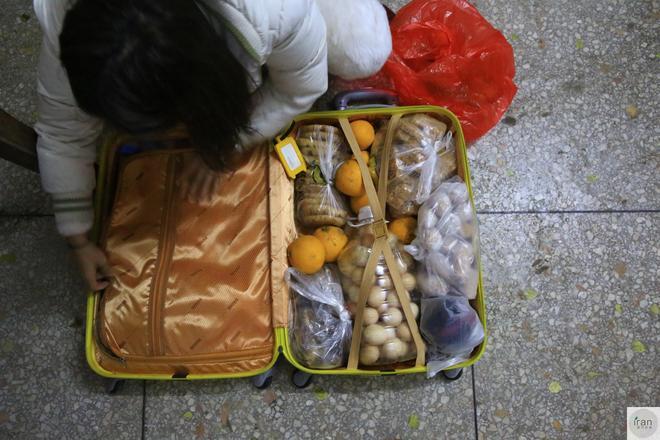 返程後備箱:有土雞蛋蔬菜水果,還有母親站門前不捨離開的身影
