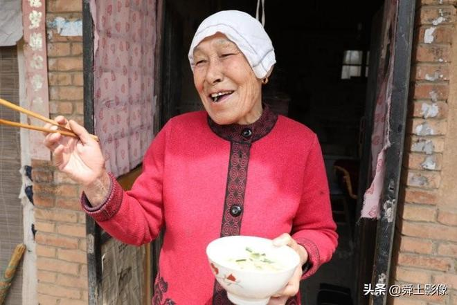 河南81歲奶奶守著老院不進城,她說這是老伴一輩子的心血我要守候
