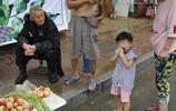 農村大叔街頭冒雨賣菜,一上午沒掙一分錢,實情聽了心酸