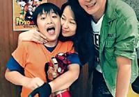 58歲吳鎮宇與太太十指緊扣逛街,兩人結婚18年仍然那麼恩愛甜蜜