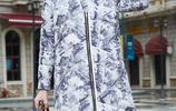 奔五的小姨從歐洲買回2件羽絨服,簡直太時髦了,同齡人羨慕死了