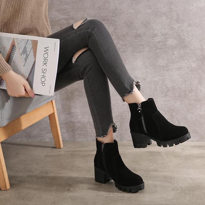 打底褲老跑出來真尷尬?聰明人穿踩腳皮褲,搭短靴顯高更顯瘦