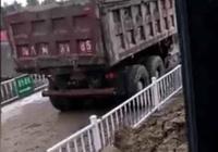 挖掘機發現貨車打滑,馬上用鬥阻止,網友:背後撐你,這才是兄弟