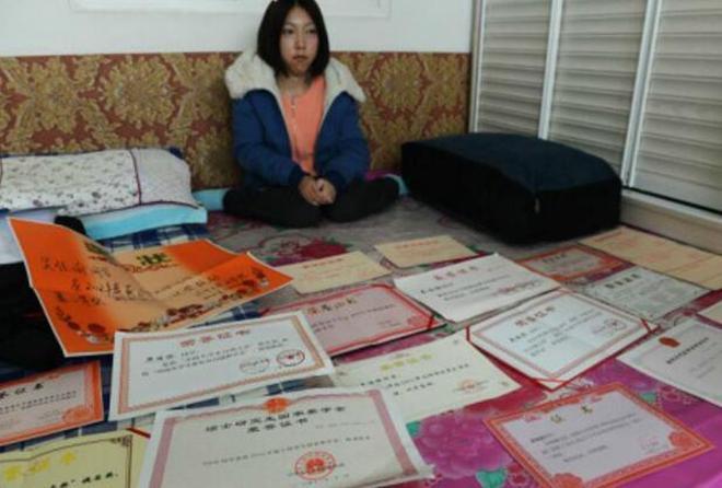 單親媽媽背女兒上學14年,女兒獲獎被保送研究生,可媽媽卻倒下了