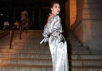 李斯羽高級灰時髦出街 穿浴袍大衣看秀走路帶風