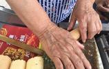 70多歲農村老人隨孩子進城生活 投資幾千元幹個小生意 快樂的生活