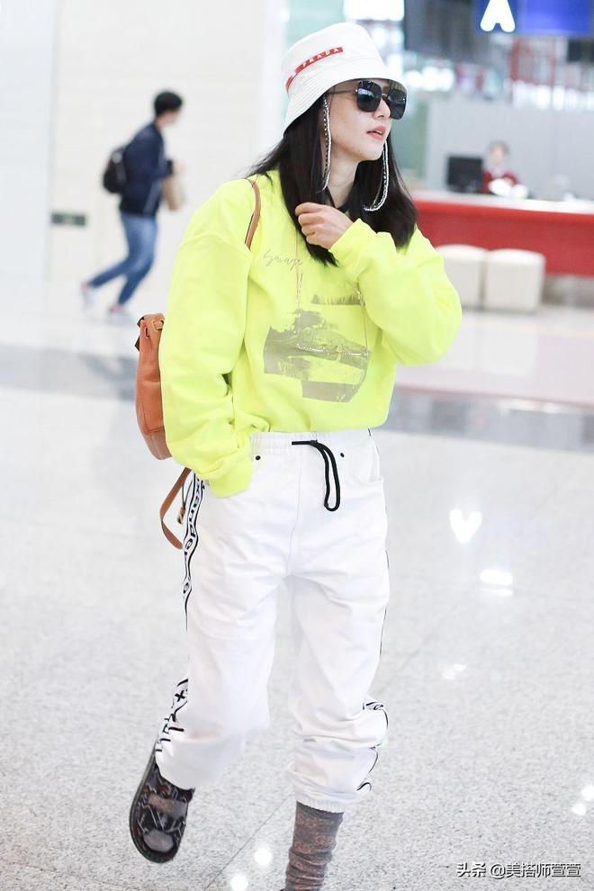 譚維維著熒光綠現身機場,手插口袋帥氣隨性