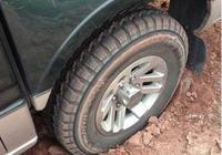 汽車陷入泥坑出不來怎麼辦?教你一個簡單的方法,不用花錢叫拖車