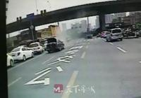濟南街頭私家車突然自燃,市民上前齊救火