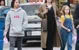"""朱莉與女兒現身街頭,小蘿莉穿黃色T恤+牛仔揹帶褲變身""""小黃人"""""""