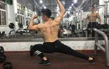 90後小夥準備健美比賽,生吃牛肉增長肌肉!
