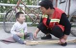 河南5歲男孩每天被清潔工奶奶栓車上,孩子媽嫌家窮生下他走了