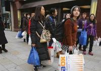 日本人來中國旅遊為何瘋狂購物?看他們哄搶的東西,國人笑而不語