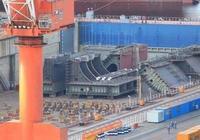 四萬噸兩棲艦?港媒為何稱大連船塢巨型組件並非航母