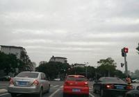 等紅燈踩剎車應該掛D擋還是P擋,交警:別大意,做錯變速箱就廢了
