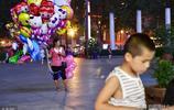 河南夫妻街頭賣氣球,一天掙幾十元,想讓兒子聽到世界的聲音