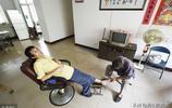 為了讓兒子站起來,69歲老人收了23年廢品,每分錢都花在孩子身上