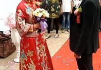 婚禮現場,司儀的話剛說完,新郎的舉動看出了家庭的地位