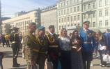 俄羅斯人都喜歡在紅場上舉行婚禮,這些解放軍搶了紅場的風頭