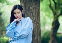 景甜厲害了,只不過穿了件藍色條紋衫,分分鐘嫩成大學生,超少女