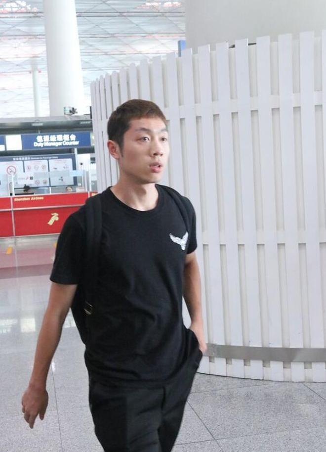 中國乒乓男神馬龍與許昕現身機場,許昕傷勢見好轉,網友:加油!
