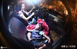 夜班的士女司機,有個小保鏢天天睡車裡,凌晨四點母女才回家休息