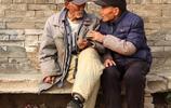 山西農村93歲老人悄悄爬樹摘瓜蔞,嚇壞了兒子,看看他想幹啥