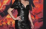 女星米拉·喬沃維奇大紅脣現身紐約,綠色外套誇張墊肩,復古搶鏡