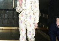 睡衣裝早就不是街拍限定,艾兒芬妮直接穿去錄節目