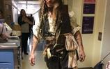 強尼戴普化身傑克船長到醫院探視病童,我也會露出大大笑容的