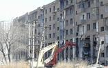 哈佳鐵路旁,這棟堅守兩年曾經影響高鐵施工的大灰釘子樓開始拆除