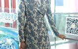 劉濤時尚穿搭現身機場,印花大衣襯托優雅氣質
