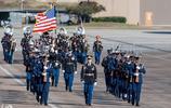 美國前總統老布什遺體被總統專機空軍一號運走,他將葬在妻子身邊