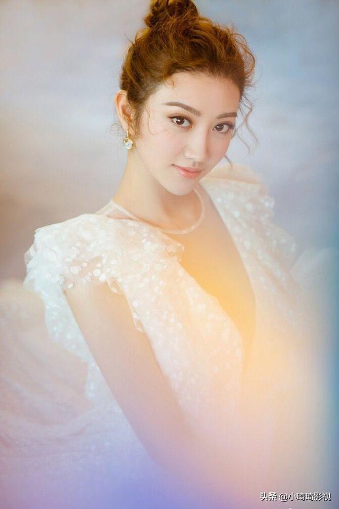 美女——景甜的臉已經夠美了,加上仙境裙裝,真美