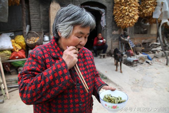 山西農村7旬老人做午飯柴火燒了1小時,真香,看她做出啥美食