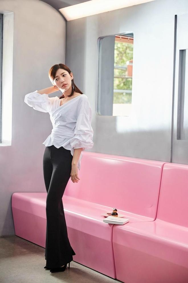郭雪芙身著白色褶皺V領繫帶襯衫搭配黑色高腰喇叭褲