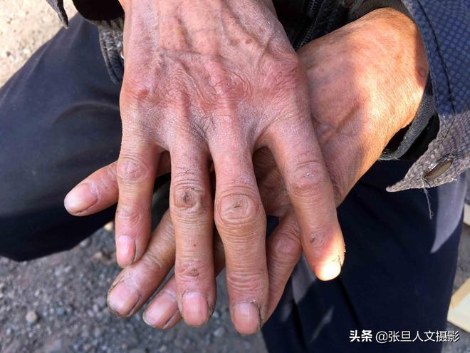 山西74歲農村老人做了一輩子木匠 老了腿不疼能劈叉 網名很可笑