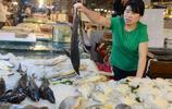 開海了真好 海鮮市場的海鮮擺滿攤位 隨便挑價格還便宜