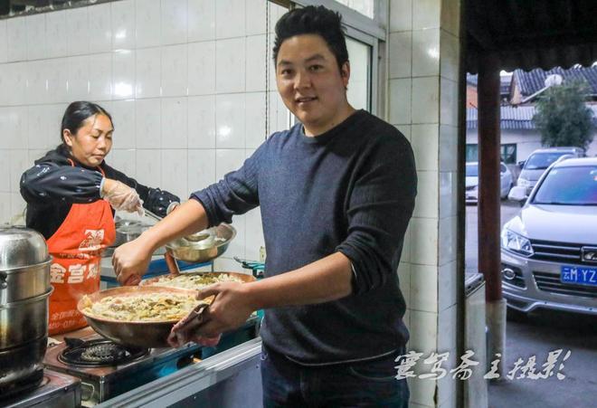 來騰衝度假旅遊,一定要到這裡去嚐嚐當地人最愛吃的銅瓢牛肉火鍋