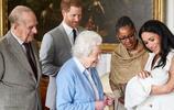 梅根抱著兒子向女王展示秀麗臉龐,面部五官端正鼻子像哈里王子