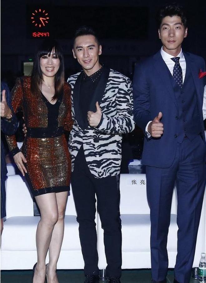 鍾麗緹和張倫碩出席活動照,網友:比三十歲的人都嫩