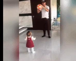 C羅在家拿球逗女兒玩,眼尖球迷發現一細節,那是他歐冠戴帽用球