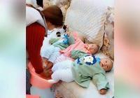 媽媽幫三胞胎泡腳,看看寶寶很享受的樣子,網友:畫面很溫馨